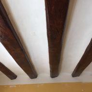 Vigas de madera recién restauradas