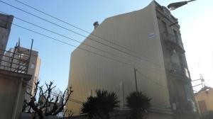 Colocación de tabique pluvial y placas de aislamiento en edificio en rehabilitación integral.