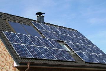 Placas solares en la cubierta de un edificio eficiente