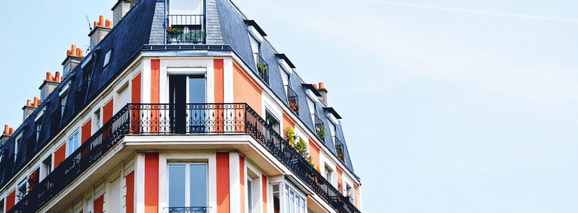 Fachada de un edificio de viviendas con balcones
