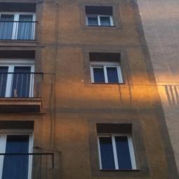 Detalle de acabados de una fachada recién pintada